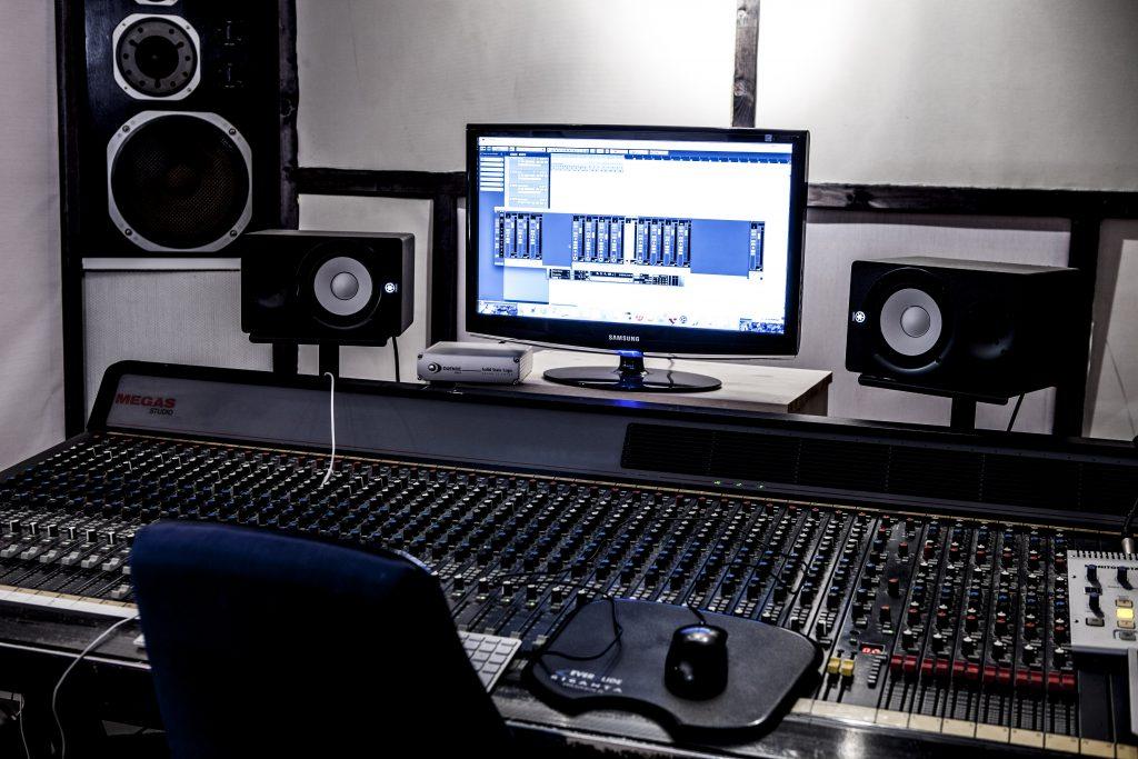 studion - bild på dator och ljudbord